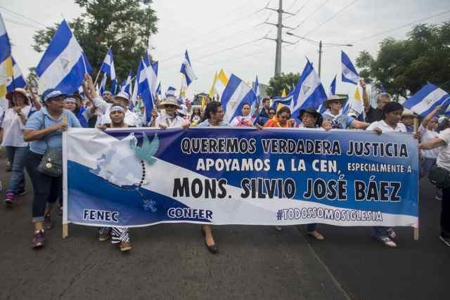NI5014. MANAGUA (NICARAGUA), 24/05/2018.- Manifestantes participan en una marcha en apoyo a los obispos por ser mediadores y testigos en el Dialogo Nacional hoy, 25 de mayo de 2018, durante el día numero 38 de protestas contra el gobierno de Daniel Ortega, en Managua (Nicaragua). Los religiosos y las escuelas católicas convocaron hoy a las comunidades religiosas, educativas y a la población en general a una marcha para mostrar su apoyo a la Conferencia Episcopal de Nicaragua (CEN). EFE/Jorge Torres