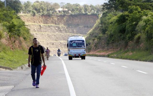 COLOMBIA VENEZUELA. CUC304. CÚCUTA (COLOMBIA), 24/05/2018.- Fotografía fechada el 22 de Mayo de 2018 que muestra a Rodolfo Escobar, proveniente de Puerto Cabello, en el estado venezolano de Carabobo, mientras camina por la vía Cúcuta - Pamplona en la población de Los Patios (Colombia). Atravesar parte de Colombia a pie es el desafío que afrontan a diario decenas de venezolanos que, sin dinero para el transporte, se aventuran desde la frontera por las carreteras del país para llegar a ciudades del interior en busca de trabajo y futuro. EFE/Schneyder Mendoza