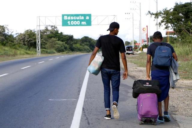 COLOMBIA VENEZUELA. CUC309. CÚCUTA (COLOMBIA), 24/05/2018.- Fotografía fechada el 22 de Mayo de 2018 que muestra a varios ciudadanos venezolanos mientras caminan por la vía Cúcuta - Pamplona en la población de Los Patios (Colombia). Atravesar parte de Colombia a pie es el desafío que afrontan a diario decenas de venezolanos que, sin dinero para el transporte, se aventuran desde la frontera por las carreteras del país para llegar a ciudades del interior en busca de trabajo y futuro. EFE/Schneyder Mendoza
