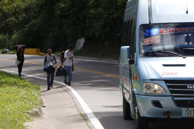 COLOMBIA VENEZUELA. CUC302. CÚCUTA (COLOMBIA), 24/05/2018.- Fotografía fechada el 22 de Mayo de 2018 que muestra al venezolano Anthony Bogado (d), de 35 años, acompañado de un primo de 43 y un sobrino de 18, con quienes lleva dos días caminando por la vía Cúcuta - Pamplona en la población de Los Patios (Colombia). Atravesar parte de Colombia a pie es el desafío que afrontan a diario decenas de venezolanos que, sin dinero para el transporte, se aventuran desde la frontera por las carreteras del país para llegar a ciudades del interior en busca de trabajo y futuro. EFE/Schneyder Mendoza