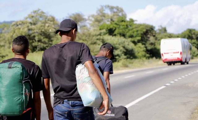 COLOMBIA VENEZUELA. CUC300. CÚCUTA (COLOMBIA), 24/05/2018.- Fotografía fechada el 22 de Mayo de 2018 que muestra a varios ciudadanos venezolanos mientras caminan por la vía Cúcuta - Pamplona en la población de Los Patios (Colombia). Atravesar parte de Colombia a pie es el desafío que afrontan a diario decenas de venezolanos que, sin dinero para el transporte, se aventuran desde la frontera por las carreteras del país para llegar a ciudades del interior en busca de trabajo y futuro. EFE/Schneyder Mendoza