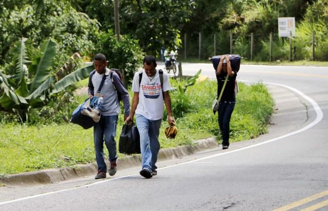 COLOMBIA VENEZUELA. CUC303. CÚCUTA (COLOMBIA), 24/05/2018.- Fotografía fechada el 22 de Mayo de 2018 que muestra al venezolano Anthony Bogado (i), de 35 años, acompañado de un primo de 43 y un sobrino de 18, con quienes lleva dos días caminando por la vía Cúcuta - Pamplona en la población de Los Patios (Colombia). Atravesar parte de Colombia a pie es el desafío que afrontan a diario decenas de venezolanos que, sin dinero para el transporte, se aventuran desde la frontera por las carreteras del país para llegar a ciudades del interior en busca de trabajo y futuro. EFE/Schneyder Mendoza