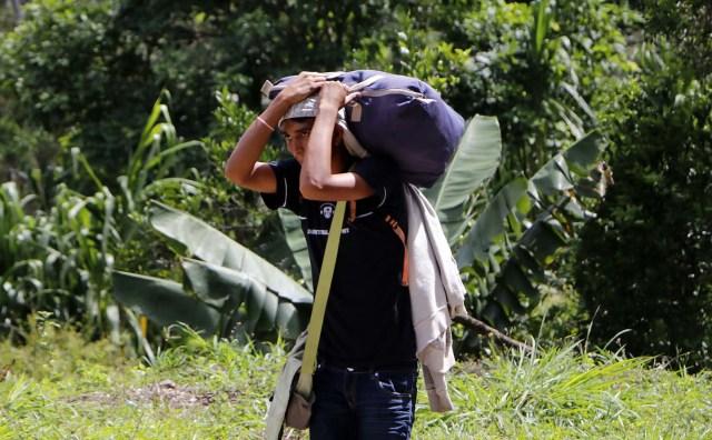COLOMBIA VENEZUELA. CUC313. CÚCUTA (COLOMBIA), 24/05/2018.- Fotografía fechada el 22 de Mayo de 2018 que muestra a un ciudadano venezolano mientras camina por la vía Cúcuta - Pamplona en la población de Los Patios (Colombia). Atravesar parte de Colombia a pie es el desafío que afrontan a diario decenas de venezolanos que, sin dinero para el transporte, se aventuran desde la frontera por las carreteras del país para llegar a ciudades del interior en busca de trabajo y futuro. EFE/Schneyder Mendoza
