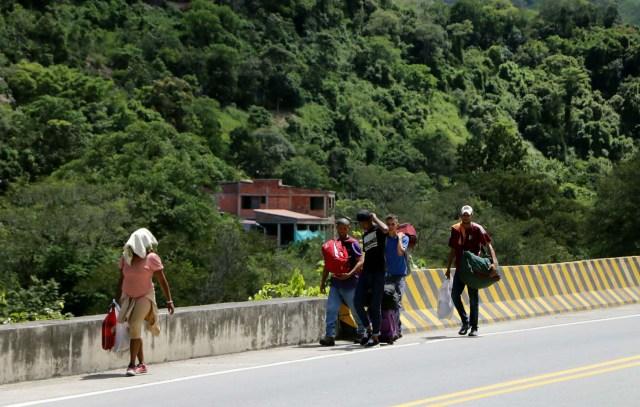 COLOMBIA VENEZUELA. CUC305. CÚCUTA (COLOMBIA), 24/05/2018.- Fotografía fechada el 22 de Mayo de 2018 que muestra a varios ciudadanos venezolanos mientras caminan por la vía Cúcuta - Pamplona en la población de Los Patios (Colombia). Atravesar parte de Colombia a pie es el desafío que afrontan a diario decenas de venezolanos que, sin dinero para el transporte, se aventuran desde la frontera por las carreteras del país para llegar a ciudades del interior en busca de trabajo y futuro. EFE/Schneyder Mendoza