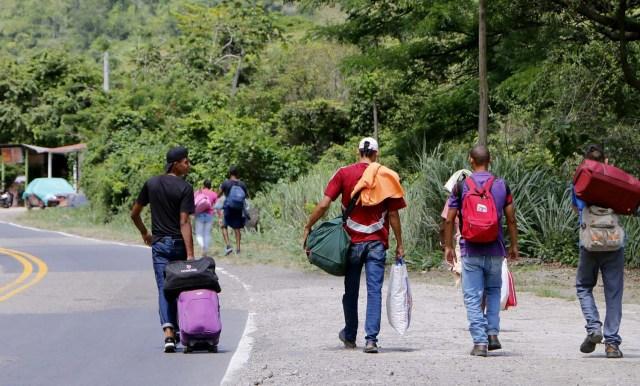 COLOMBIA VENEZUELA. CUC306. CÚCUTA (COLOMBIA), 24/05/2018.- Fotografía fechada el 22 de Mayo de 2018 que muestra a varios ciudadanos venezolanos mientras caminan por la vía Cúcuta - Pamplona en la población de Los Patios (Colombia). Atravesar parte de Colombia a pie es el desafío que afrontan a diario decenas de venezolanos que, sin dinero para el transporte, se aventuran desde la frontera por las carreteras del país para llegar a ciudades del interior en busca de trabajo y futuro. EFE/Schneyder Mendoza