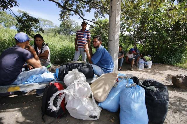 COLOMBIA VENEZUELA. CUC307. CÚCUTA (COLOMBIA), 24/05/2018.- Fotografía fechada el 22 de Mayo de 2018 que muestra a varios ciudadanos venezolanos mientras descansan en la vía Cúcuta - Pamplona en la población de Los Patios (Colombia). Atravesar parte de Colombia a pie es el desafío que afrontan a diario decenas de venezolanos que, sin dinero para el transporte, se aventuran desde la frontera por las carreteras del país para llegar a ciudades del interior en busca de trabajo y futuro. EFE/Schneyder Mendoza