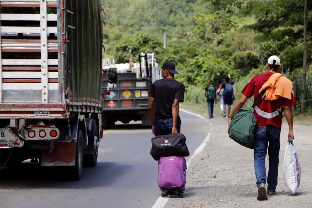 COLOMBIA VENEZUELA. CUC308. CÚCUTA (COLOMBIA), 24/05/2018.- Fotografía fechada el 22 de Mayo de 2018 que muestra a varios ciudadanos venezolanos mientras caminan por la vía Cúcuta - Pamplona en la población de Los Patios (Colombia). Atravesar parte de Colombia a pie es el desafío que afrontan a diario decenas de venezolanos que, sin dinero para el transporte, se aventuran desde la frontera por las carreteras del país para llegar a ciudades del interior en busca de trabajo y futuro. EFE/Schneyder Mendoza