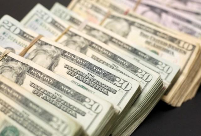 Billetes de dólar estadounidense se muestran en una tienda de cambio de moneda en Ciudad Juárez, México, el 15 de enero de 2018. REUTERS / Jose Luis Gonzalez