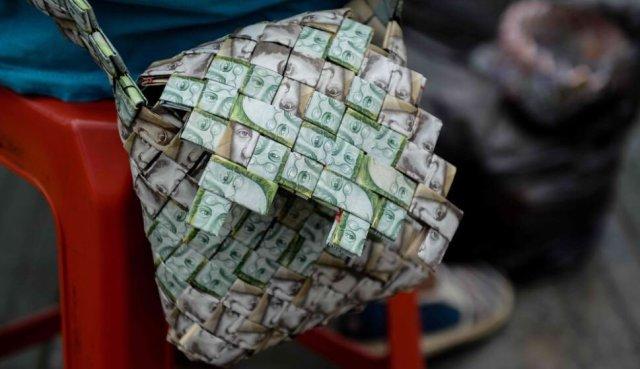 En Colombia, al cambio, son $6.500 pesos. María, por cada bolso, pide 15.000 pesos colombianos | Foto; @BrianFincheltub