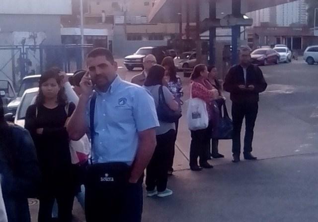 Vecinos haciendo cola para abordad el transporte público en San Antonio de Los Altos   Foto: @RCTVenlinea