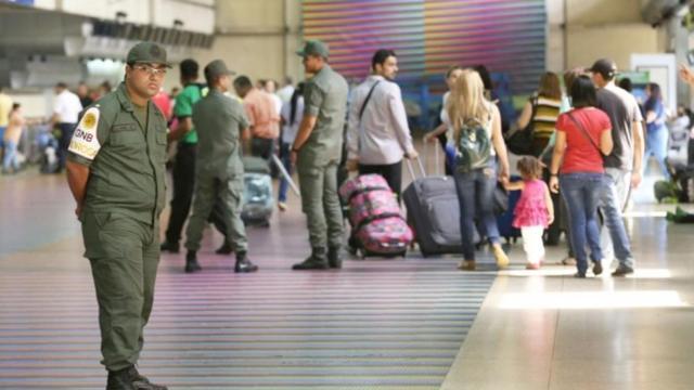 GNB controlan a los pasajeros que caminan por el Aeropuerto Internacional Simón Bolívar (Foto: ABC)