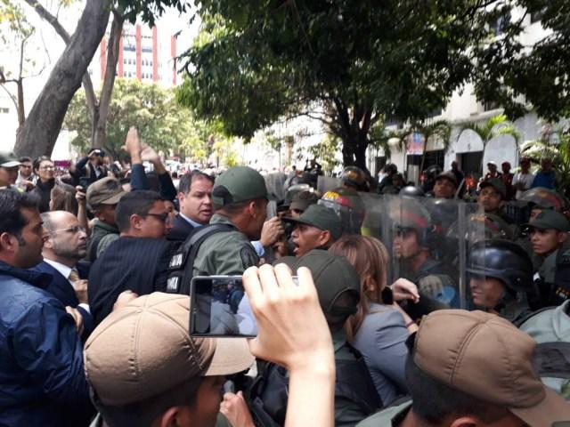 Foto: GNB golpean a diputados que buscan el ingreso de la prensa a la Asamblea Nacional / @sntpvenezuela - twitter