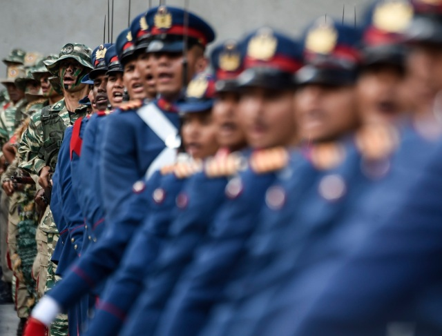 Miembros del ejército venezolano desfilan durante una ceremonia de honor militar para el reelegido presidente venezolano, Nicolás Maduro, en Caracas el 24 de mayo de 2018. / AFP PHOTO / Juan BARRETO