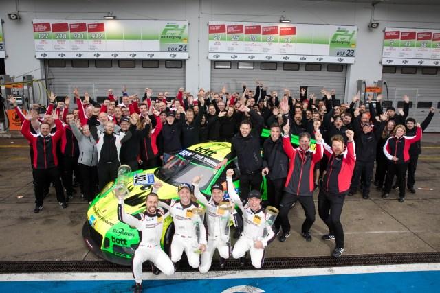 Frederic Makowiecki (F), Nick Tandy (GB), Richard Lietz (A), Patrick Pilet (F), Nicki Raeder (D), Martin Raeder (D), Manthey-Racing, Dr. Frank-Steffen Walliser (Leiter Motorsport und GT-Fahrzeuge), Sebastian Golz (Projektleiter 911 GT3 R) und Team