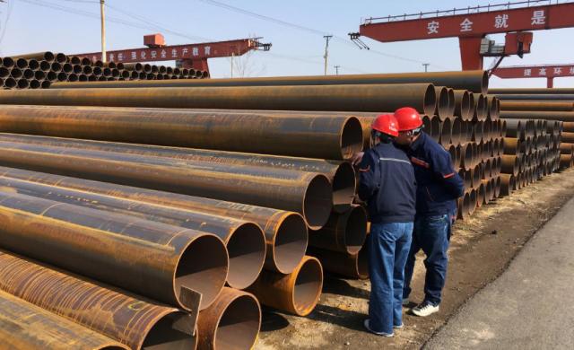 Los trabajadores inspeccionan las tuberías de acero en una fábrica de acero de Hebei Huayang Steel Pipe Co Ltd en Cangzhou, provincia de Hebei, China, el 19 de marzo de 2018. Fotografía tomada el 19 de marzo de 2018. REUTERS / Muyu Xu