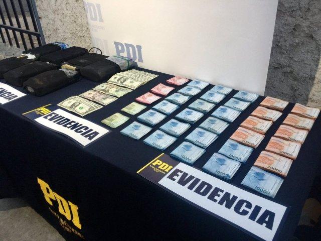 Droga encontrada debajo de un colchón en un hotel de Chile // Foto @PDI_CHILE