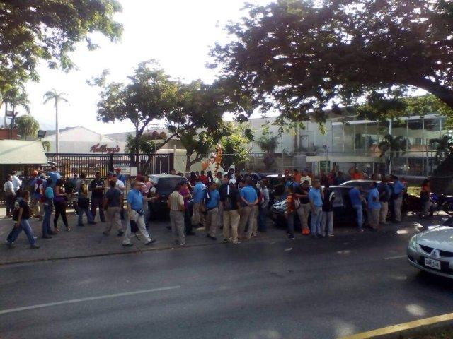 Los trabajadores encontraron cerrada la empresa (Foto cortesía)
