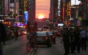 """Cientos de personas trancan avenida en Nueva York para capturar el """"Manhattanhenge"""" (FOTOS)"""