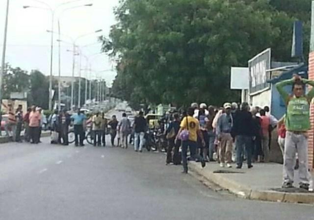 Pensionados en Carora cerraron la avenida Francisco de Miranda por pago incompleto // Foto @mariososa84