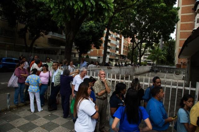 Caraqueños hacen en una panadería ubicada en Los Palos Grandes en Caracas. FOTO: WIL RIERA PARA THE WALL STREET JOURNAL