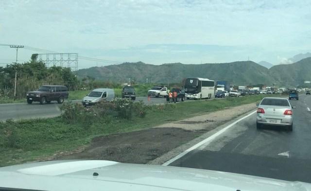 Punto de control en el viaducto de La Cabrera, estado Carabobo // Foto @JgregorioA