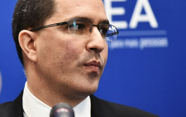 El Ministro de Relaciones Exteriores de Venezuela, Jorge Arreaza, habla durante una conferencia de prensa al margen de la 48ª Asamblea General de la Organización de los Estados Americanos (OEA) en el Edificio Principal de la OEA el 4 de junio de 2018 en Washington, DC. / AFP PHOTO / Mandel Ngan