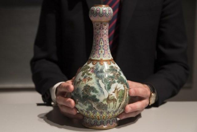Es un jarrón imperial de porcelana Qianlong (siglo XVIII) ubicado en la empresa de subastas Sotheby's en París. Sotheby's en París el 12 de junio de 2018 - más de 30 veces la estimación. Un jarrón chino del siglo XVIII olvidado durante décadas en estilo francés se vendió por 16,2 millones de euros (19 millones de dólares) en Sotheby's en París. / AFP PHOTO / Thomas SAMSON