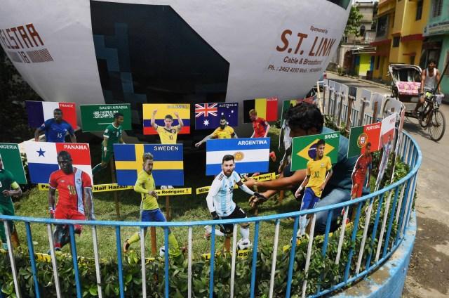 Lionel Messi en una instalación temporal al aire libre antes de la próxima Copa Mundial FIFA Rusia 2018, en Calcuta el 13 de junio de 2018. / AFP PHOTO / Dibyangshu SARKAR
