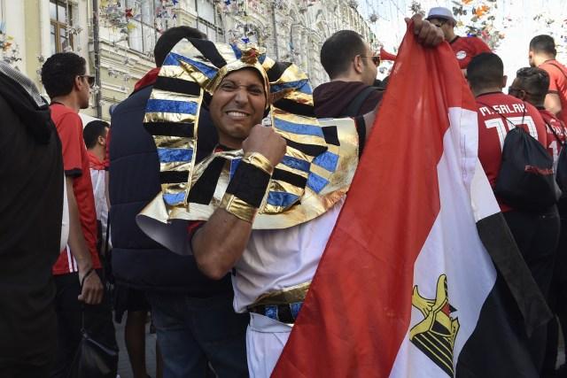 Los aficionados del equipo nacional de fútbol de Egipto animan la calle Nikolskaya en el centro de Moscú el 13 de junio de 2018, antes del torneo de fútbol de la Copa Mundial Rusia 2018. / AFP PHOTO / Natalia KOLESNIKOVA
