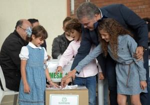 Candidato Iván Duque vota con el anhelo de que a Colombia la gobierne una nueva generación