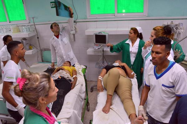 Lesionados reciben atención médica luego del accidente de tránsito, ocurrido en la carretera hacia el municipio de Manzanillo, a 10 kms. de la ciudad de Bayamo, en la provincia Granma, Cuba, el 11 de junio de 2018.      ACN  FOTO/ Armando Ernesto CONTRERAS TAMAYO/ rrcc