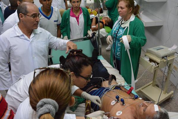 El Dr. Leonel Palacio Ojeda (I), cirujano y director del Hospital Provincial Carlos Manuel de Céspedes, atiende personalmente a los lesionados del accidente de tránsito, ocurrido en la carretera hacia el municipio de Manzanillo, a 10 kms. de la ciudad de Bayamo, en la provincia Granma, Cuba, el 11 de junio de 2018.      ACN  FOTO/ Armando Ernesto CONTRERAS TAMAYO/ rrcc
