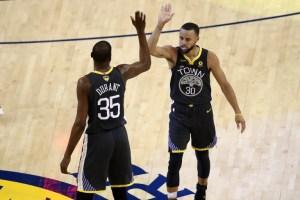 Warriors se despegan de Cavaliers en la serie final con paliza y récord de Curry incluido