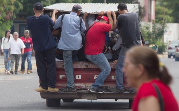 La situacion del Transporte publico en Maracaibo es atroz a falta de unidades cualquier vehiculo medio levantado sirve para llevar a los pasajeros a sus destinos. (Foto archivo extraída de La Verdad de Zulia)