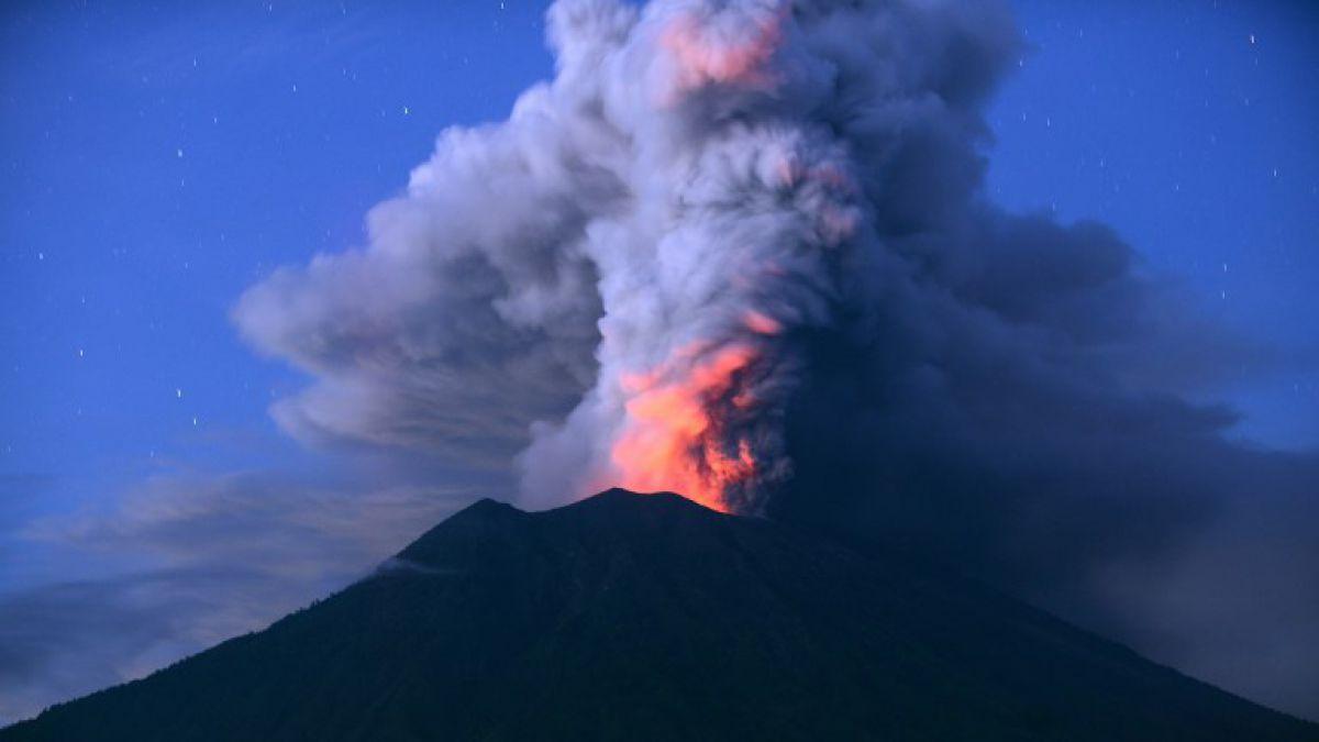 Erupción volcánica al obliga cierre de aeropuerto en Bali