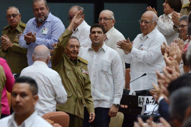 El ex presidente cubano Raúl Castro (CL) saluda mientras llega a la sesión extraordinaria de la Asamblea Nacional de Cuba en La Habana, Cuba, el 2 de junio de 2018. Marcelino Vázquez Hernández / ACN / Folleto a través de EDITORES DE ATENCIÓN DE REUTERS - ESTA IMAGEN HA SIDO SUMINISTRADA POR UN TERCERO