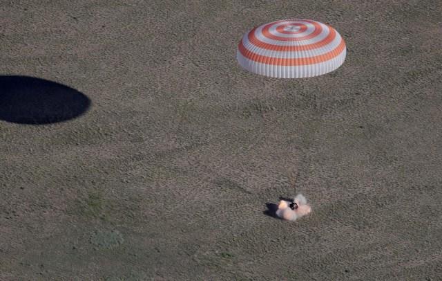 La cápsula Soyuz MS-07 con la tripulación del Norishige Kanai de Japón, Anton Shkaplerov de Rusia y Scott Tingle de EE. UU. Desciende debajo de un paracaídas justo antes de aterrizar en un área remota a las afueras de la ciudad de Dzhezkazgan (Zhezkazgan), Kazajistán 3 de junio. 2018. Dmitri Lovetsky / Pool a través de REUTERS