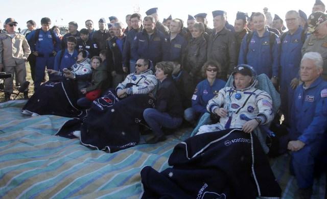 Los tripulantes de la Estación Espacial Internacional Norishige Kanai de Japón (L), Anton Shkaplerov de Rusia (C) y Scott Tingle de EE. UU. Descansan en sillas poco después de aterrizar en un área remota a las afueras de la ciudad de Dzhezkazgan (Zhezkazgan), Kazajistán 3 de junio. 2018. Dmitri Lovetsky / Pool a través de REUTERS