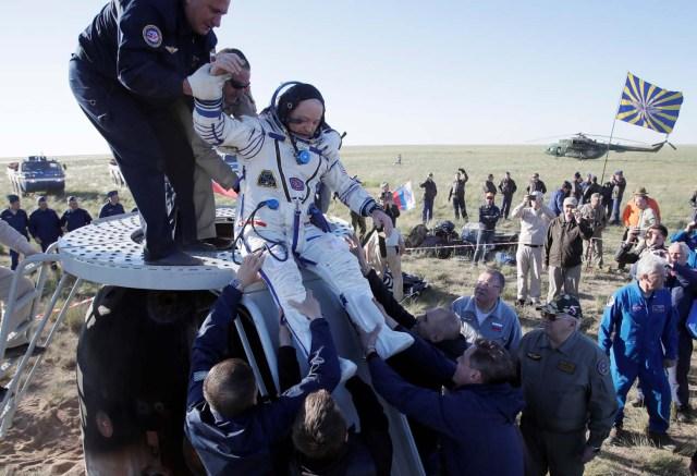 El personal de tierra ayuda a Scott Tingle de los EE. UU. A salir de la cápsula espacial Soyuz MS-07 poco después de aterrizar en un área remota a las afueras de la ciudad de Dzhezkazgan (Zhezkazgan), Kazajistán el 3 de junio de 2018. Dmitri Lovetsky / Pool vía REUTERS