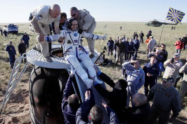 El personal de tierra ayuda a Anton Shkaplerov de Rusia a salir de la cápsula espacial Soyuz MS-07 poco después de aterrizar en un área remota a las afueras de la ciudad de Dzhezkazgan (Zhezkazgan), Kazajistán el 3 de junio de 2018. Dmitri Lovetsky / Pool vía REUTERS