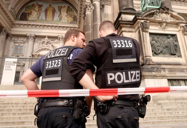La policía frente al Berliner Dom después de que un policía alemán le disparara a un hombre en la Catedral de Berlín, informaron los medios alemanes en Berlín, Alemania, el 3 de junio de 2018. REUTERS / Fabrizio Bensch