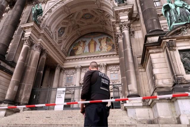 Un policía vigila cerca de una de las entradas de la catedral de Berlín luego de que un agente le disparó a una persona dentro del edificio en Berlín, Alemania, 3 de junio de 2018. REUTERS/Fabrizio Bensch