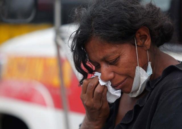 Una mujer llora por sus parientes desaparecidos en un área afectada por la erupción del volcán Fuego en la comunidad de San Miguel Los Lotes en Escuintla, Guatemala 4 de junio de 2018. REUTERS / Luis Echeverría