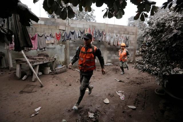 Personal militar es visto en una casa afectada por la erupción del volcán Fuego en la comunidad de San Miguel Los Lotes en Escuintla, Guatemala el 4 de junio de 2018. REUTERS / Luis Echeverría