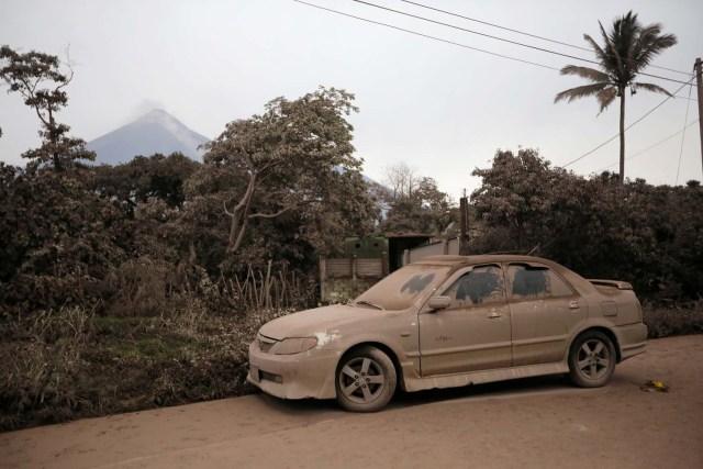 Se ve un automóvil cubierto de cenizas en un área afectada por la erupción del volcán Fuego en la comunidad de San Miguel Los Lotes en Escuintla, Guatemala, el 4 de junio de 2018. REUTERS / Luis Echeverría