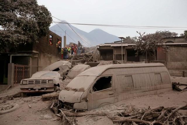 Bomberos y socorristas buscan cuerpos y sobrevivientes en un área afectada por la erupción del volcán Fuego en la comunidad de San Miguel Los Lotes en Escuintla, Guatemala, el 4 de junio de 2018. REUTERS / Luis Echeverria TPX IMÁGENES DEL DÍA