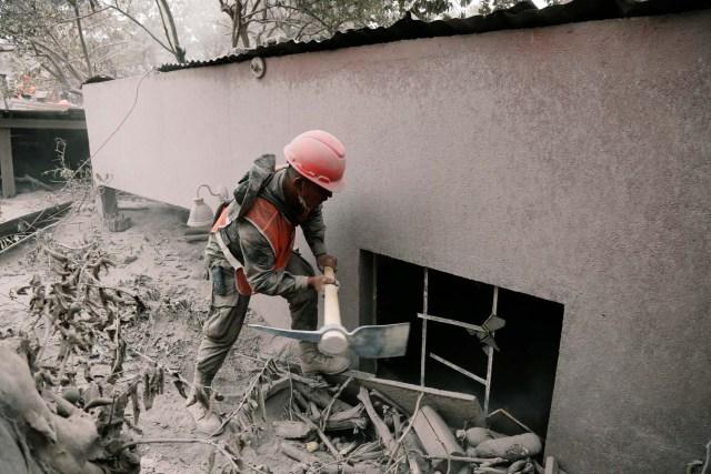 Un soldado usa un pico en un área afectada por la erupción del volcán Fuego en la comunidad de San Miguel Los Lotes en Escuintla, Guatemala el 5 de junio de 2018. REUTERS / Luis Echeverría