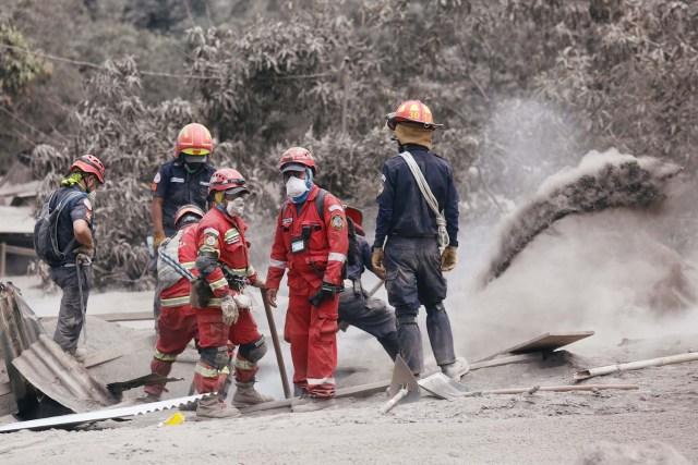 Los equipos de rescate retiran las cenizas en un área afectada por la erupción del volcán Fuego en la comunidad de San Miguel Los Lotes en Escuintla, Guatemala, el 5 de junio de 2018. REUTERS / Luis Echeverría