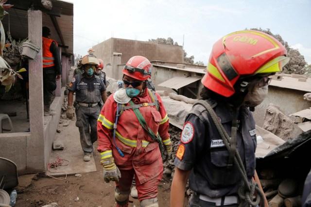 Los equipos de rescate inspeccionan un área afectada por la erupción del volcán Fuego en la comunidad de San Miguel Los Lotes en Escuintla, Guatemala, el 5 de junio de 2018. REUTERS / Luis Echeverría