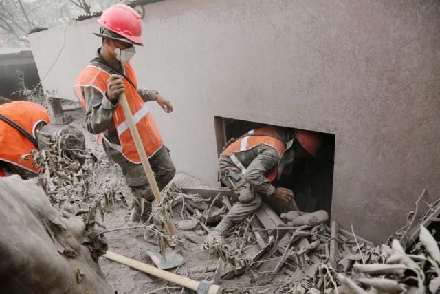 Los soldados inspeccionan un área afectada por la erupción del volcán Fuego en la comunidad de San Miguel Los Lotes en Escuintla, Guatemala el 5 de junio de 2018. REUTERS / Luis Echeverría